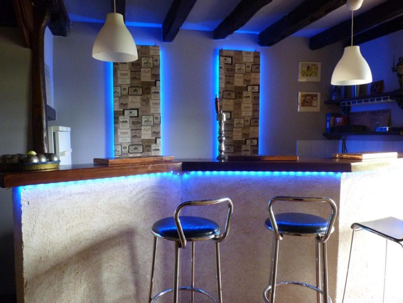 The cosy bar for an evening apéro Chateau de Sadillac